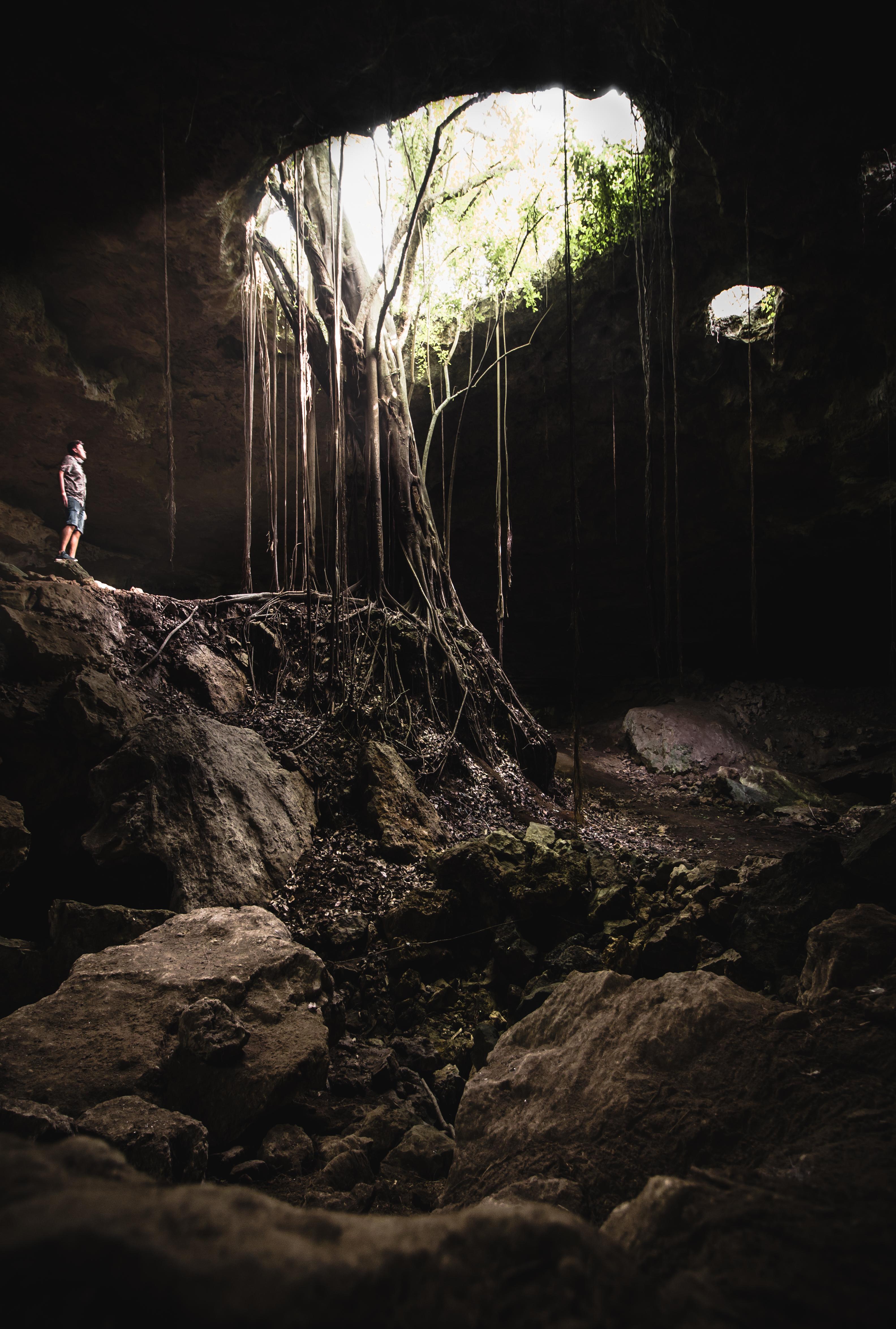 persona mirando la cueva Los Cuarteles